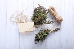 束与麻线的有机麝香草在木背景 免版税库存照片