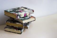 束书在灰色桌,文本的,堆空的空间上书是灰色背景,桔子,黄色,绿色,褐色,红色书 免版税库存照片