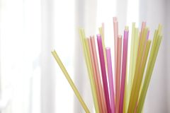 束五颜六色的塑料秸杆 库存图片