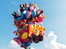束反对天空的五颜六色的baloons 库存照片