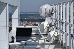 束发射机和天线在摩天大楼 库存图片