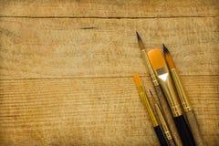 束各种各样的种类在木背景的画笔 复制艺术品字法书法文本激动人心的行情的空间 免版税库存图片