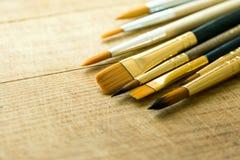 束各种各样的种类在木背景的画笔 复制艺术品字法书法文本的空间 库存图片