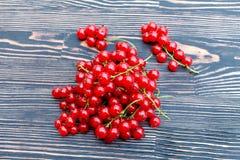 束在一张木桌上的红浆果 库存照片