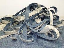束在地板上的被剥离的地毯,修理在办公室,工作流运作 免版税库存图片