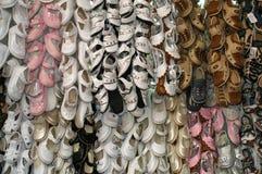 束在市场上的儿童鞋子 库存照片