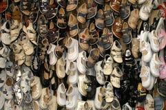束在市场上的儿童鞋子 免版税图库摄影