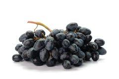 束在白色背景的深红葡萄 库存图片