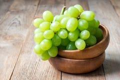 束在碗,拷贝空间的绿色成熟葡萄 免版税库存照片