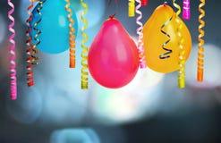 束在背景的五颜六色的气球 免版税库存照片