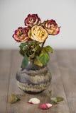 束在花瓶的凋枯的玫瑰 免版税库存照片
