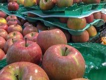 束在苹果盘子的红色富士苹果在超级市场 免版税库存照片