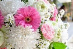 束在迷离背景的美丽的花 免版税库存照片