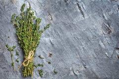 束在黑暗的板岩顶视图的麝香草 库存照片