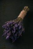 束在黑暗的盘子的紫色淡紫色花 图库摄影