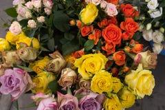 束多彩多姿的玫瑰待售在一个地方市场上在英国 库存图片