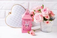 束嫩桃红色玫瑰花、心脏和装饰桃红色l 库存图片