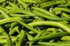 束宏指令在地方食品批发市场的新鲜的青豆 免版税库存图片