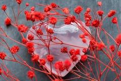 束小红色精美花心脏形状桃红色水晶冰糖在灰色背景洒 浪漫华伦泰 免版税库存照片