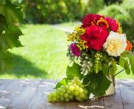 束庭院花和葡萄 免版税库存照片