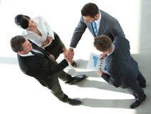 结束成交和握手的商人在办公室 免版税库存照片
