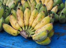 束成熟的香蕉在农夫市场上 库存照片