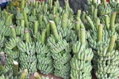 束成熟香蕉在市场上 免版税图库摄影