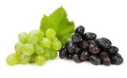 束成熟绿色和红葡萄 免版税库存照片