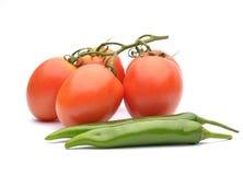 束新鲜的蕃茄和绿色pappers 图库摄影