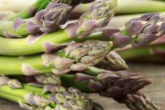 束新鲜的绿色紫色芦笋打翻特写镜头 库存照片