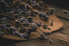 束淡紫色在一张老木桌上开花 库存照片