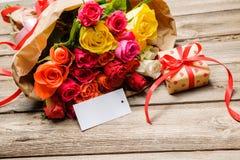 束玫瑰和礼物盒有空标识符的 库存图片