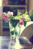 束玫瑰花瓶 免版税库存照片