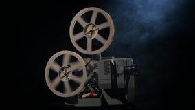 结束的电影 在放映机缩短的电影影片 烟 股票视频