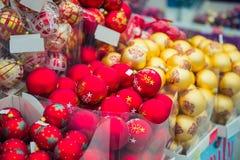 束红色和金黄装饰、球圣诞节的和新年在超级市场,选择聚焦,关闭 库存图片