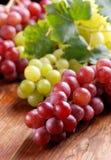 束红色和绿色葡萄 免版税库存图片