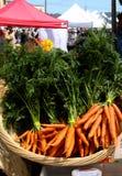 束红萝卜室外在市场上 库存图片