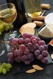 束红葡萄、被分类的乳酪和开胃菜 免版税库存照片