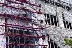 束缚的钢制框架和具体工作的建筑工人准备 免版税图库摄影