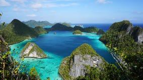 束美好的风景小山围拢了清楚的tosca水和明亮的蓝天和白色云彩 库存图片