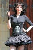 束腰女孩哥特式超短裙抽烟 免版税库存照片