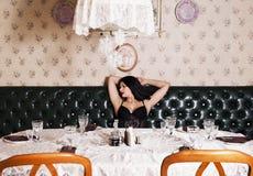 束腰的妇女宴会桌的 免版税库存照片