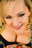 束腰的性感的年轻白肤金发的妇女有礼物的 库存照片