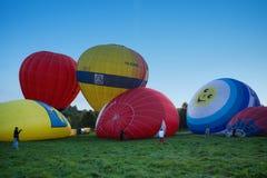 束色的扩张的气球 免版税图库摄影