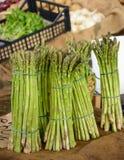 束芦笋在农夫的市场上 图库摄影