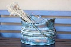 束起在一个蓝色陶瓷花瓶的干耳朵 免版税库存照片