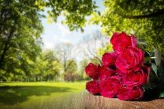 束起红色玫瑰 免版税库存图片