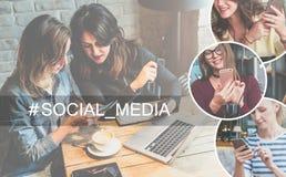 束起通信有概念的交谈媒体人社交 两个少妇在咖啡馆坐在桌上,喝咖啡并且使用智能手机 库存图片