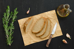 束迷迭香用面包、大蒜和橄榄油 免版税库存图片