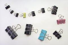 束金属纸的黏合剂夹子 另外大小和颜色 库存照片